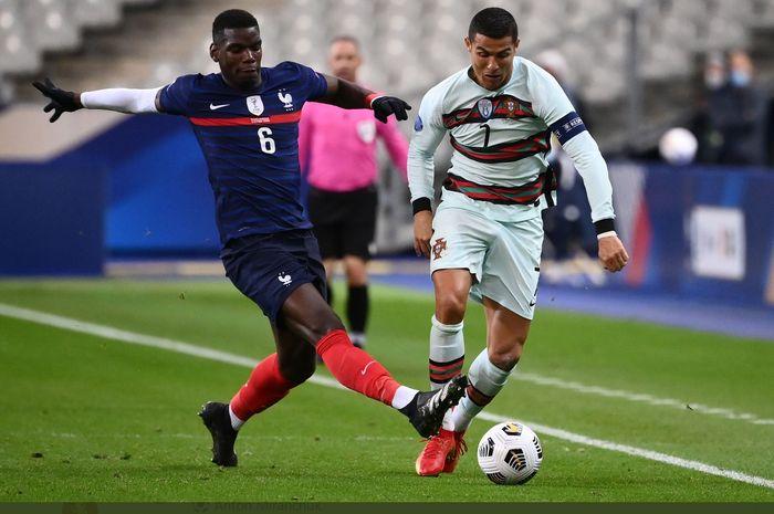 Cristiano Ronaldo berduel dengan Paul Pogba dalam laga Prancis vs Portugal di UEFA Nations League, Minggu (11/10/2020).