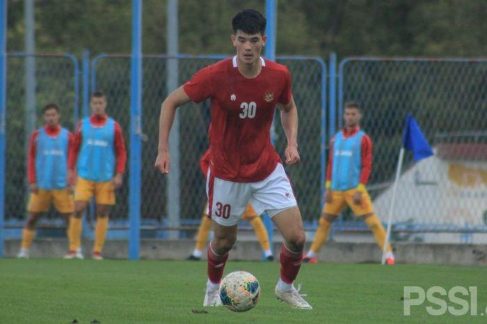 Aksi Elkan Baggott saat membela timnas U-19 Indonesia pada laga uji coba melawan Makedonia Utara, Minggu (11/10/2020).