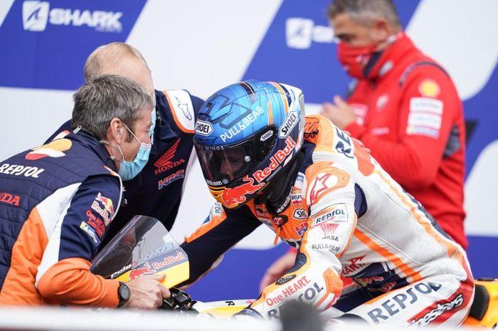 Suka cita dirasakan tim Repsol Honda setelah pembalap mereka, Alex Marquez. finis di posisi kedua pada balapan MotoGP Prancis di Sirkuit Bugatti, Le Mans, Prancis, 11 Oktober 2020.