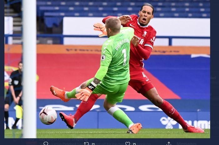 Tekel horor Jordan Pickford kepada Virgil van Dijk dalam laga Everton vs Liverpool di Goodison Park, 17 Oktober 2020.