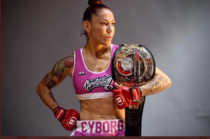 Cris Cyborg, pernah menjadi juara di 4 ajang promosi MMA berbeda.