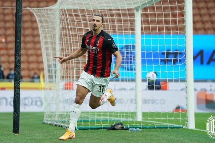 Striker AC Milan, Zlatan Ibrahimovic, melakukan sleebrasi seusai menjebol gawang Inter Milan dalam laga Sabtu (17/10/2020).