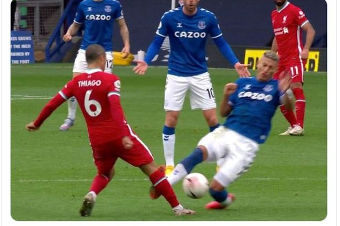 Momen ketika Richarlison (kanan) melayangkan tekel keras kepada Thiago Alcantara dalam laga Everton kontra Liverpool di pekan kelima Liga Inggris 2020-2021.