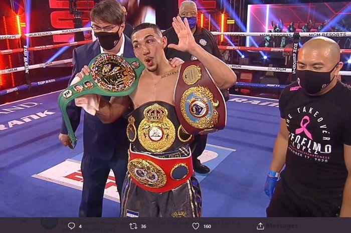 Selebrasi Teofimo Lopez usai mengalahkan Vasyl Lomachenko, Minggu (18/10/2020)