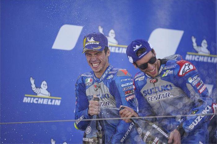 Selebrasi podium dua pembalap Suzuki Ecstar, Joan Mir (kiri) dan Alex Rins, setelah balapan MotoGP Aragon di Sirkuit Aragon, Spanyol, 18 Oktober 2020.