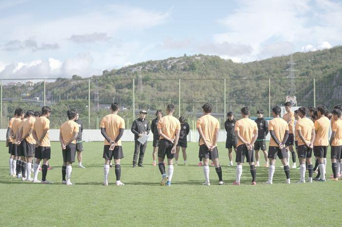 Shin Tae-yong saat briefing latihan bersama skuad timnas U-19 Indonesia di Split, Kroasia, Sabtu (17/10/2020)