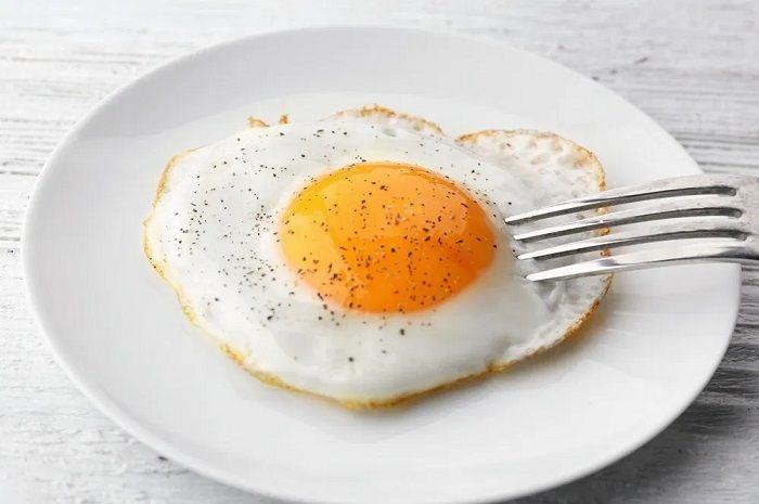 Begini cara membuat telur ceplok bulat dan bersih sempurna bak sunny side up.