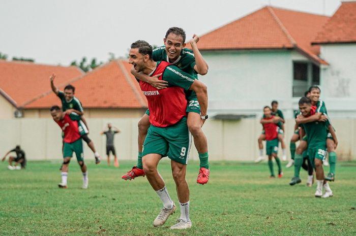 Mahmoud Eid mendapatkan hukuman menggendong Irfan Jaya karena timnya kalah saat sesi latihan game Senin (19/10) sore.
