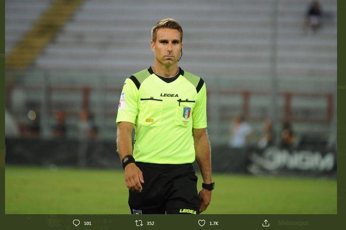 Francesco Fourneau, wasit Liga Italia yang memimpin duel Crotone vs Juventus, 18 Oktober 2020.