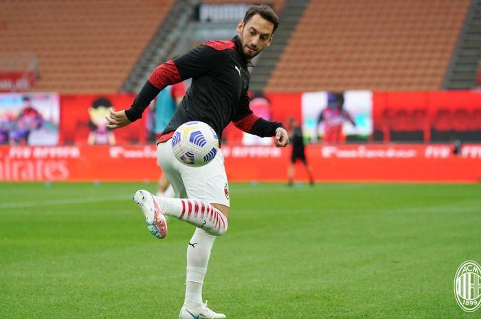Gelandang serang AC Milan, Hakan Calhanoglu kontraknya bakal berakhir pada Juni 2021.