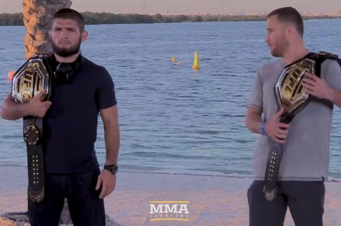 Khabib Nurmagomedov dan Justin Gaethje berpose setelah jumpa pers pra-pertandingan UFC 254 di Fight Island, Abu Dhabi, Uni Emirat Arab, 21 Oktober 2020.