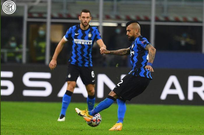 Arturo Vidal menembak bola dalam partai Liga Champions Inter Milan vs Moenchengladbach, 21 Oktober 2020.
