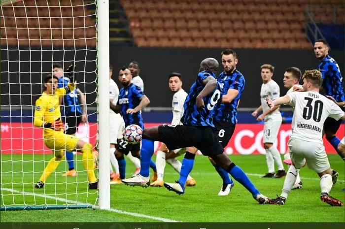 Momen terciptanya gol penyerang Inter Milan, Romelu Lukaku ke gawang Borussia Moenchengladbach dalam laga di Grup B Liga Champions yang berkesudahan 2-2.