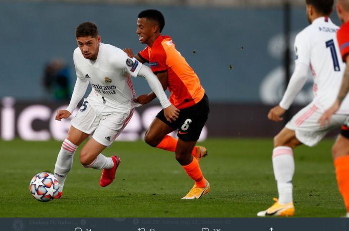 Momen pemain Real Madrid, Fede Valverde, berusaha lepas dari kawalan pemain Shakhtar Donetsk pada laga Grup B Liga Champions.