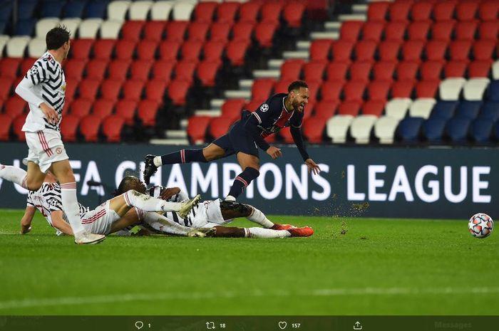 Penyerang Paris Saint-Germain, Neymar Jr, terjatuh usai dihantam tekel dua pemain Manchester United, Aaron Wan-Bissaka dan Scott McTominay.