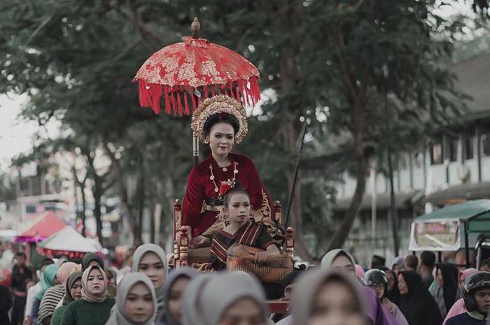 Salah satu rangkaian mararik dalam tradisi pernikahan di suku Sasak. Tradisi merari' diawali dengan pinangan oleh pihak laki-laki ke pihak perempuan pada malam hari. Gadis yang dipinang kemudian dibawa lari untuk dijadikan sebagai istri.  Di era modern seperti saat ini, budaya merarik masi lestari.