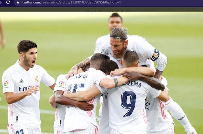 Para pemain Real Madrid berpelukan usai mencetak gol ke gawang Barcelona dalam laga pekan ke-7 Liga Spanyol di Stadion Camp Nou, Sabtu (24/10/2020) pukul 21.00 WIB.