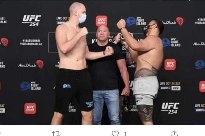 Petarung, Tai Tuivasa (kanan) dan Stefan Struve (kiri) dalam sesi faceoff UFC 254.