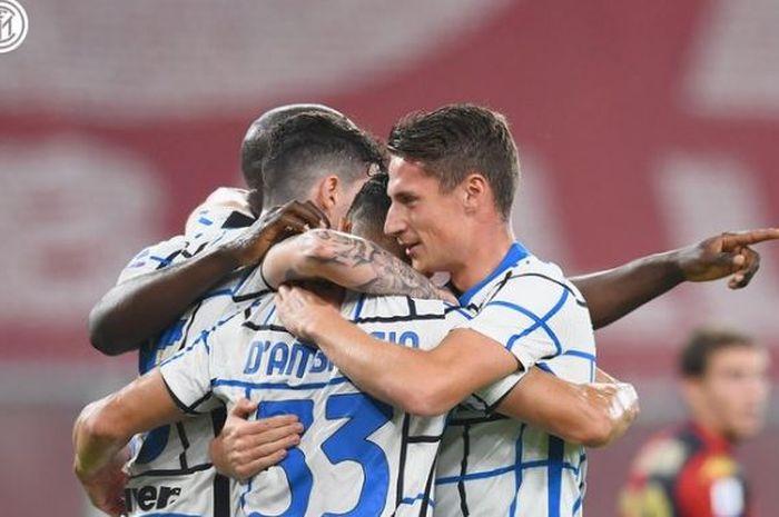 Para pemain Inter Milan merayakan gol Danilo D'Ambrosio ke gawang Genoa dalam laga Liga Italia di Stadion Luigi Ferraris, Sabtu (24/10/2020).