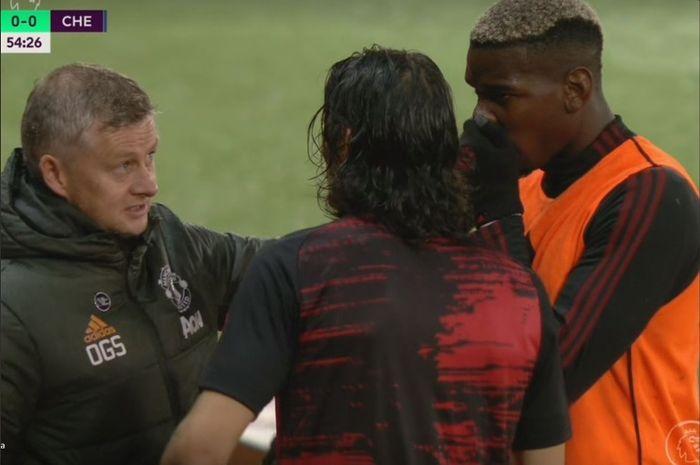 Paul Pogba saat membantu teman setimnya di Manchester United, Edinson Cavani, menerjemahkan instruksi dari pelatih Ole Gunnar Solskjaer.