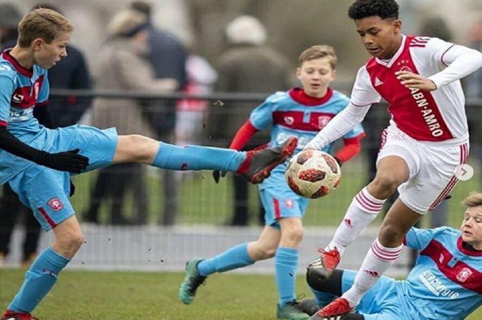 Striker Ajax U-16 Noah Gesser (kanan atas) berebut bola dengan lawannya. Pemain keturunan Indonesia-Belanda ini diharapkan mampu menambah kekuatan Timnas U-16 Indonesia.