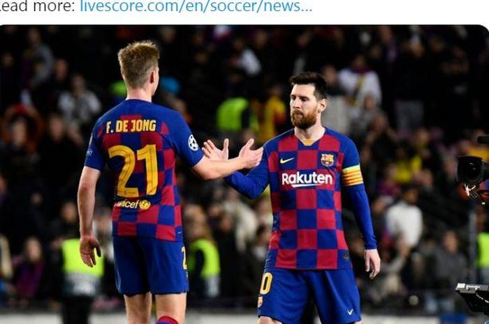 Gelandang Barcelona, Frenkie de Jong, bersalaman dengan Lionel Messi.
