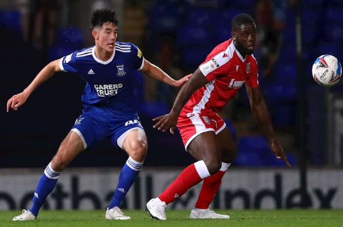 Elkan Baggot (kiri) memperkuat Ipswich Town senior saat berebut bola dengan pemain Gillingham. dalam Torif EFL di Stadion Portman Road, Ipswich, 6 Oktober 2020. Bintang Timnas U-19 Indonesia ini dipuji Pelatih Ipswich Town Paul Lambert.