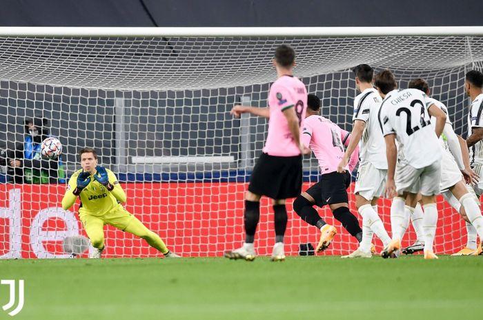 Kiper Juventus Wojciech Szczesny, melakukan penyelamatan pada laga kontra Barcelona pada lanjutan fase grup Liga Champions, Rabu (28/10/2020).