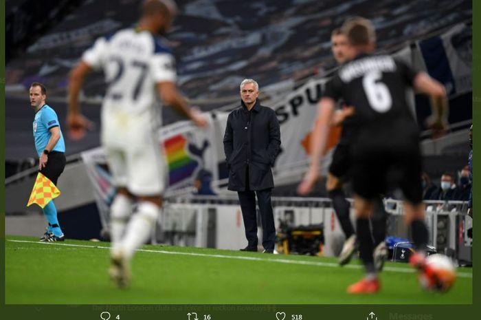 Pelatih Tottenham Hotspur, Jose Mourinho, mengawasi pertandingan dari pinggir lapangan.