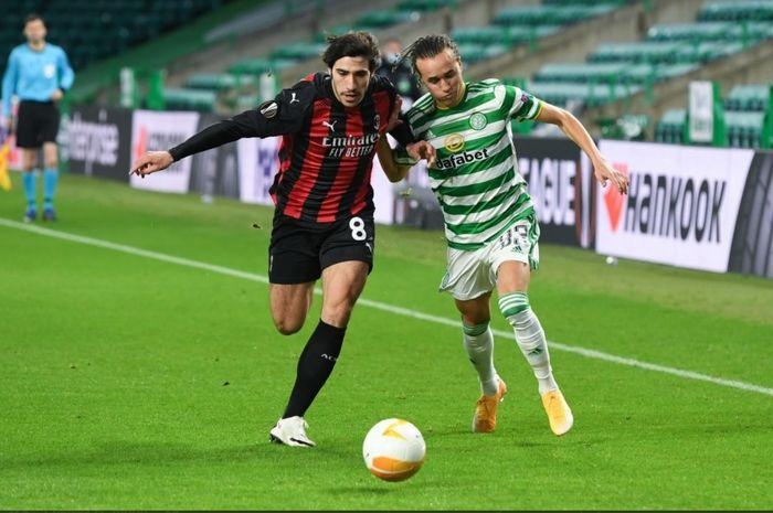 Duel antara gelandang AC Milan, Sandro Tonali dan winger Celtic, Diego Laxalt, pada laga Liga Europa 2020-2021.