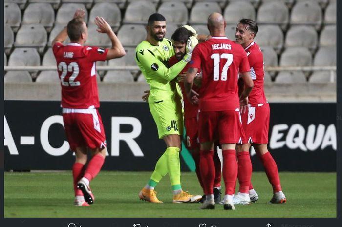 Jordi Gomez disambut rekan setimnya setelah cetak gol dari jarak 56 meter dalam laga Omonia Nicosia vs PSV Eindhoven di Liga Europa.