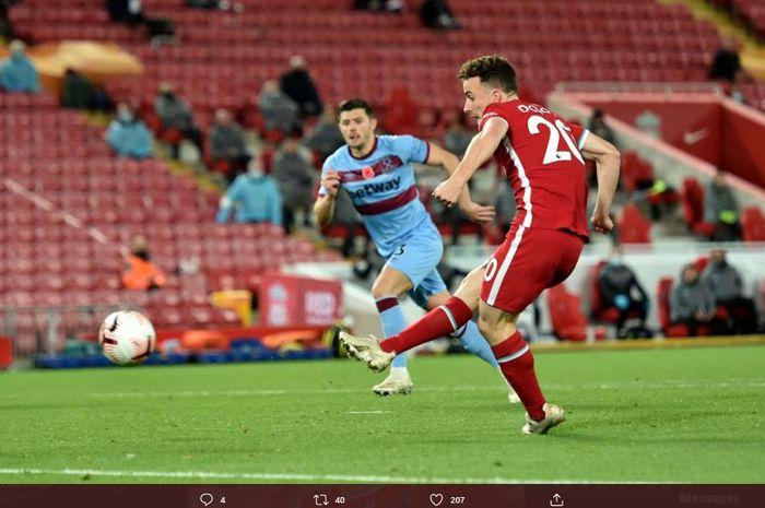 Striker Liverpool, Diogo Jota, mencetak gol ke gawang West Ham United dalam laga Liga Inggris di Stadion Anfield, Sabtu (31/10/2020).
