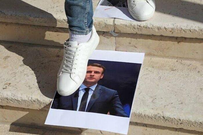 Bukan Cuma Khabib Nurmagomedov, Warga Medan pun Ikut Injak Poster Presiden Prancis Emmanuel Macron