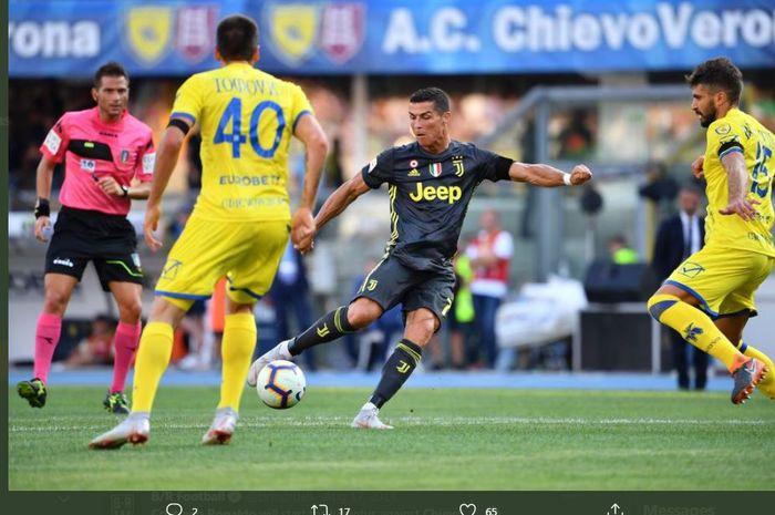 Cristiano Ronaldo beraksi dalam laga Juventus melawan Chievo Verona.