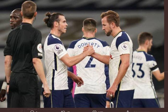 Gareth Bale bersalaman dengan Harry Kane selepas pertandingan Liga Inggris Tottenham Hotspur vs Brighton & Hove Albion, 1 November 2020.
