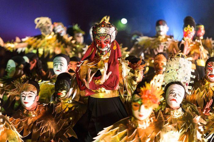 Eksplorasi topeng yang warna-warni ditampilkan pada sikuen Topeng Campursari Parahyangan, Jawa Barat.
