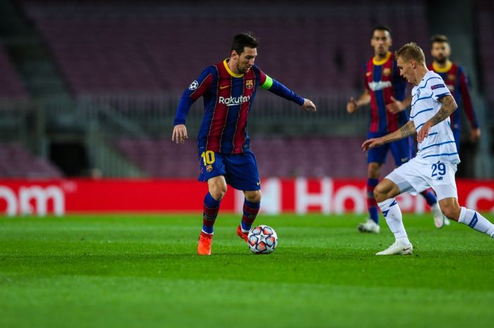 Penyerang Barcelona, Lionel Messi, berusaha melewati hadangan pemain Dynamo Kyiv pada laga matchday ketiga Grup H Liga Champions 2020-2021.