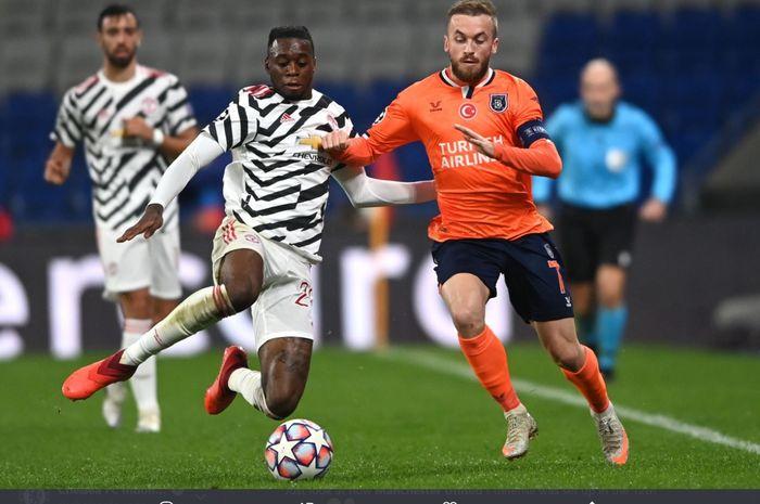 Duel antara bek Manchester United, Aaron Wan-Bissaka dengan pemain Istanbul Basaksehir, Edin Visca. dalam laga matchday ketiga Grup H Liga Champions 2020-2021.