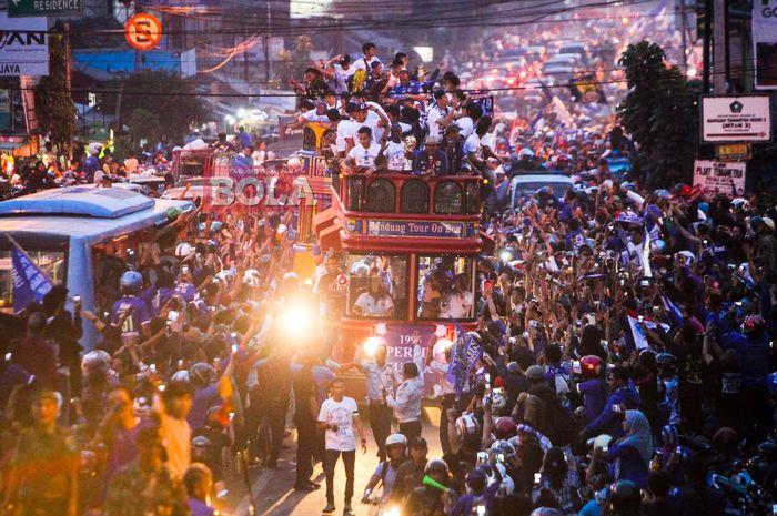 Suasana pawai juara Persib Bandung saat menjadi kampiun ISL 2014