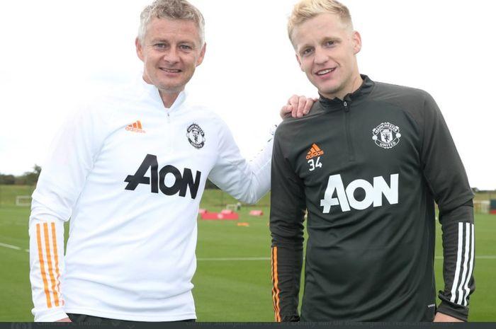 Kebersamaan Ole Gunnar Solskjaer dan Donny van de Beek di tempat latihan Manchester United, Carrington.