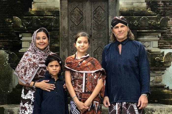 Ayu Azhari dan keluarganya