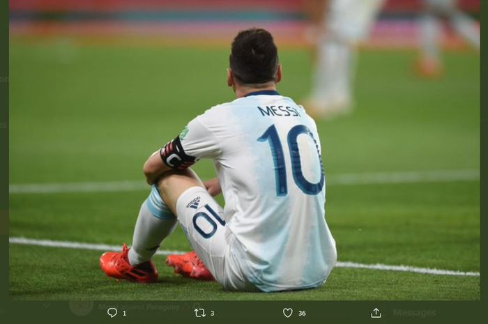 Kapten timnas Argentina, Lionel Messi, terduduk dalam duel kualifikasi Piala Dunia 2022 kontra Paraguay, 12 November 2020.