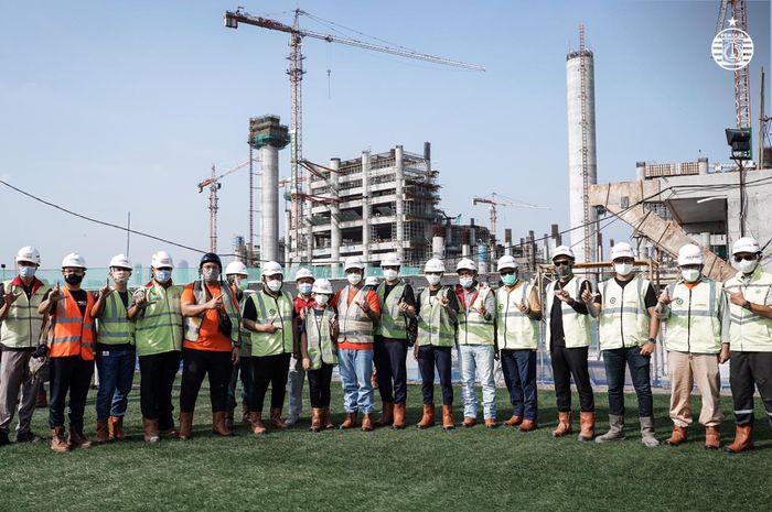 Gubernur DKI Jakarta, ANies Basweda berserta Manajemen Persija Jakarta, dan Pengurus Pusat the Jakmania meninjau pembangunan Jakarta International Stadium (JIS).
