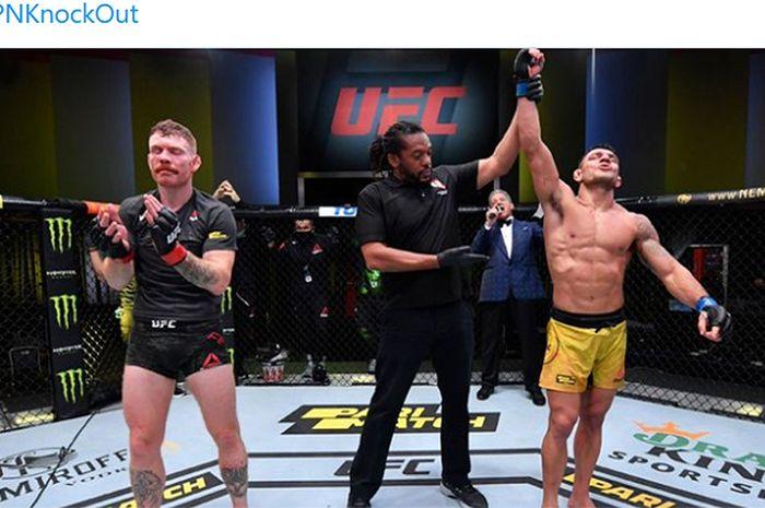 Rafael dos Anjos (kanan) mengalahkan Paul Felder pada UFC Vegas 12 di UFC APEX, Nevada, Amerika Serikat, 14 November 2020.