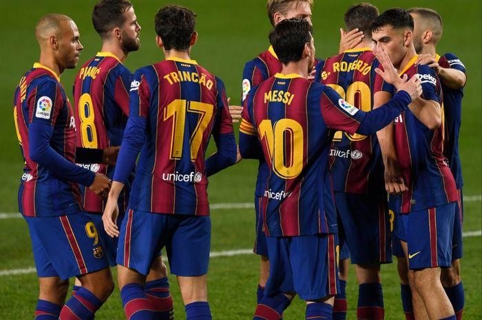 Para pemain Barcelona menyambut selebrasi gol Sergi Roberto pada sebuah laga di Liga Spanyol 2020-2021.
