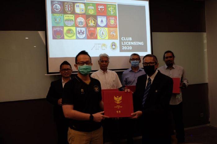 Ketua dan anggota Club Licensing Committee PSSI berfoto usai memutuskan enam klub profesional Indonesia dalam rapat di Jakarta, Kamis (19/11/2020) malam.