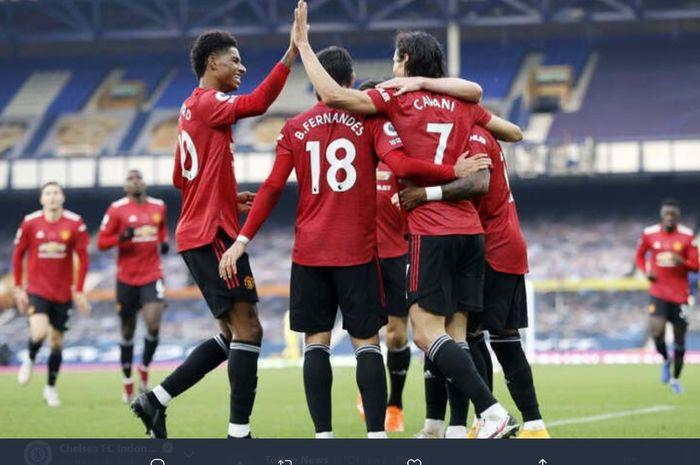 Para pemain Manchester United turut merayakan gol Edinson Cavani ke gawang Evereton dalam kemenangan 3-1 di Goodison Park, Sabtu (7/11/2020).