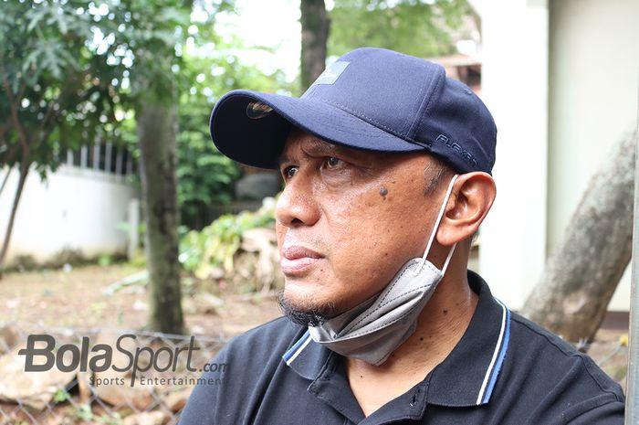Rahmad Darmawan saat di rumah duka almarhum Ricky Yacobi di Bintaro, Tanggerang Selatan