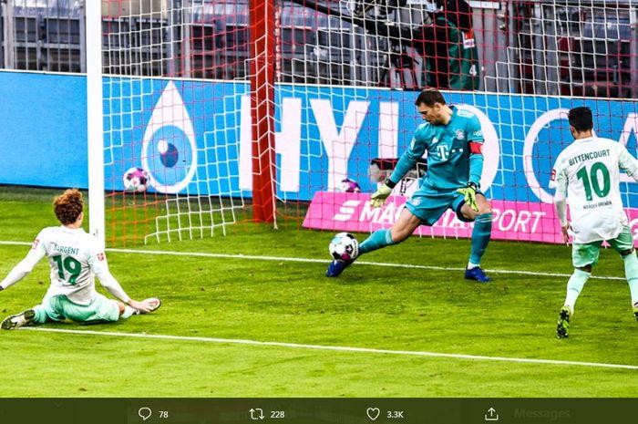 Manuel Neuer menyelamatkan gawang Bayern Muenchen dari kebobolan oleh Josh Sargent, striker Werder Bremen, dalam duel Bundesliga di Allianz Arena, 21 November 2020.