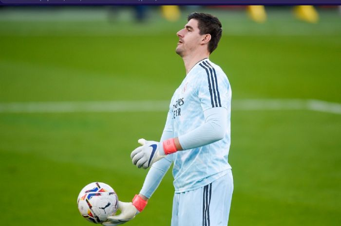 Kiper Real Madrid, Thibaut Courtois, memegang bola usai kebobolan Villarreal dalam laga pekan ke-10 Liga Spanyol 2020-2021, Sabtu (21/11/2020) pukul 22.15 WIB.